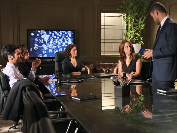 Maurílio cobra respostas de Cristina durante reunião (Foto: Raphael Dias/ Gshow)