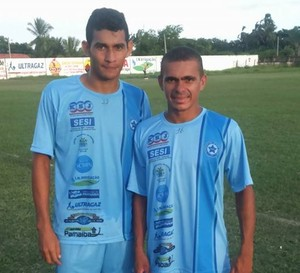Zagueiro Renan e meia Idelvando  (Foto: Gláucio Júnior)
