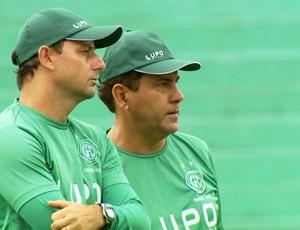 Zé Teodoro conversa com Vander Batistela, preparador de goleiros (Foto: Carlos Velardi / EPTV)
