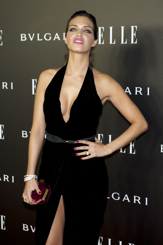 Sara Carbonero combina decote com fenda e arrasa no tapete vermelho de premiação