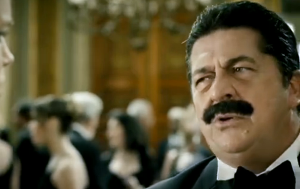 Stepan Nercessian usa bigode falso em uma das cenas em que interpreta Nelson  (Foto: Reprodução SporTV)