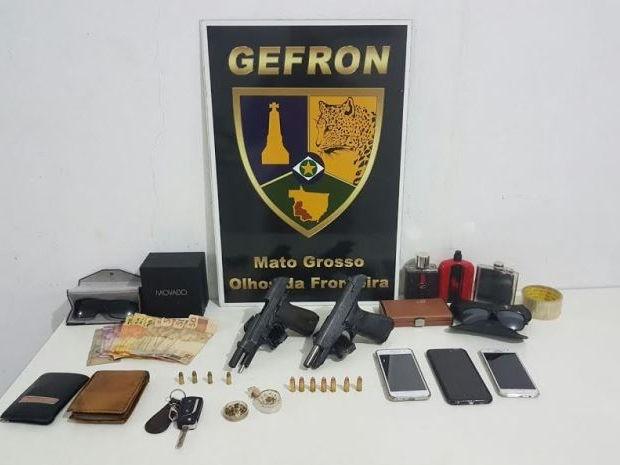 Armas e celulares foram apreendidos com os suspeitos mortos no confronto com o Gefron (Foto: Gefron/MT)