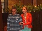 De braços dados, Angélica e Luciano Huck passeiam em shopping