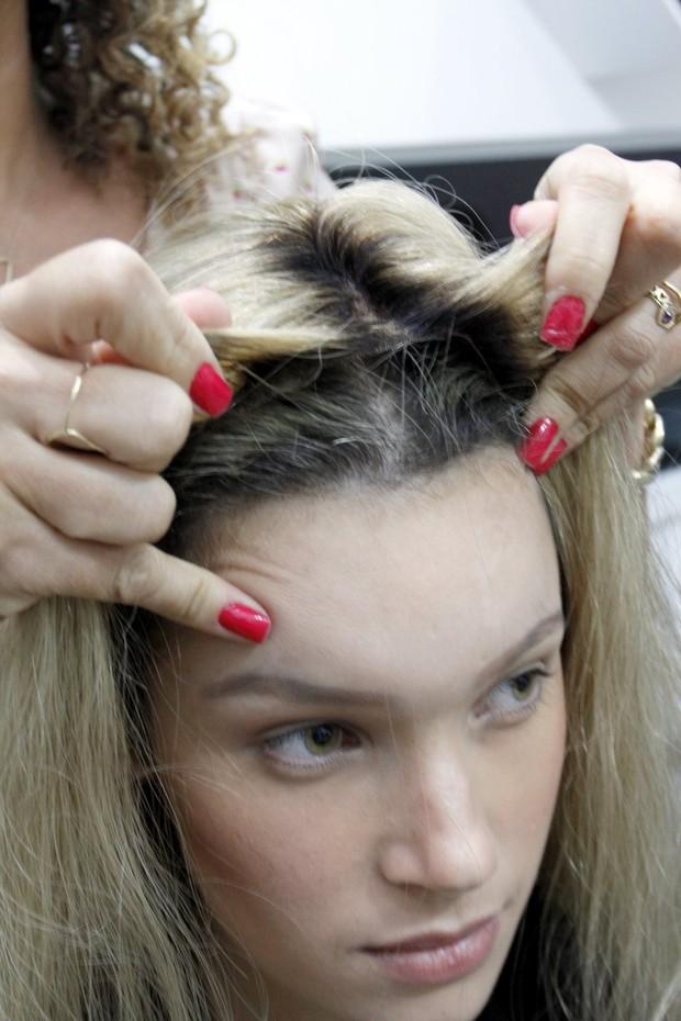 A prótese capilar é ajeitada na cabeça de Anne Medeiros (Foto: Marcos Ferreira/ Ag. Brazil News)
