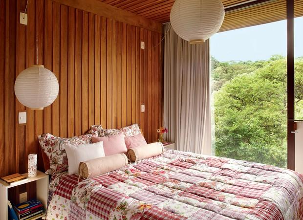 Minimalista, o quarto do casal tem apenas a cama e apoios laterais, da evolukit. as luminárias de papel-arroz são de loja do bairro Liberdade, em São Paulo. roupa de cama da charada Home. Moringa da reciclamundo (Foto: Victor Affaro)