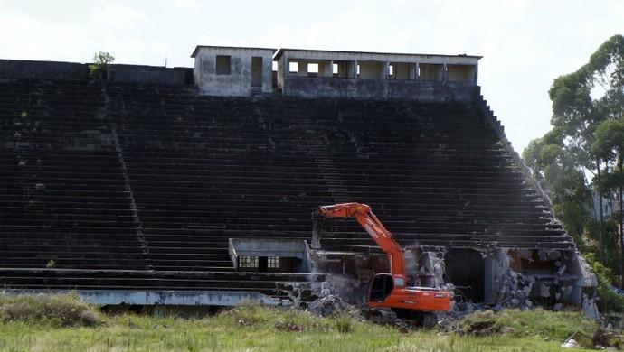 Estádio dos eucaliptos, arquibancada demolida (Foto: Diego Guichard/Globoesporte.com)