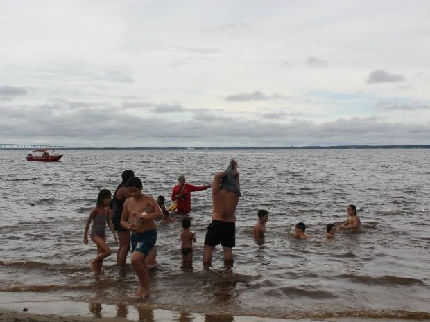 Bombeiros afastaram os banhista da água diante do aparecimento dos jacarés (Foto: Girlene Medeiros / G1 AM)