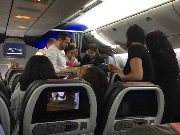 Mulher passou mal em voo e passageiros passaram Réveillon dentro de avião (Foto: Divulgação/Arquivo Pessoal)