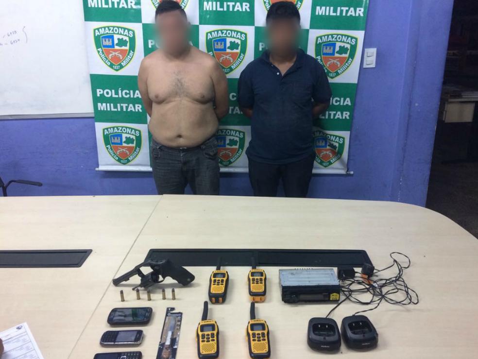 Dupla foi detida suspeita de envolvimento na tentativa de roubo (Foto: Divulgação/Polícia Militar)