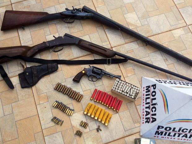 Operação 'Alferes Tiradentes' cumpre mandados de busca e apreensão no Sul de Minas; na foto, apreensão em Guarnésia, MG (Foto: Polícia Militar/Guaranésia)