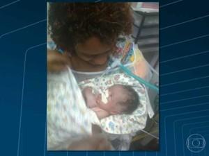 A mãe Cássia Conde e o bebê Nicolas David, que foi enterrado por outra família (Foto: Reprodução/TV Globo)