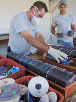 CDs e DVDs inutilizados são revendidos à indústria de plástico (Foto: Fabiula Wurmeister / G1)