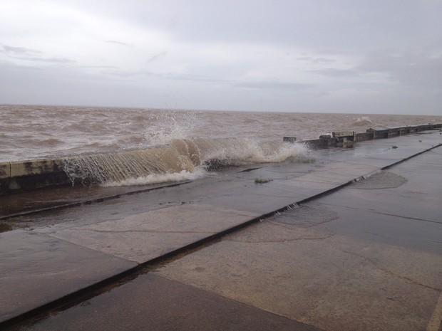 Água atingiu ruas e calçadas do entorno da Orla de Macapá (Foto: Dyepeson Martins/G1)