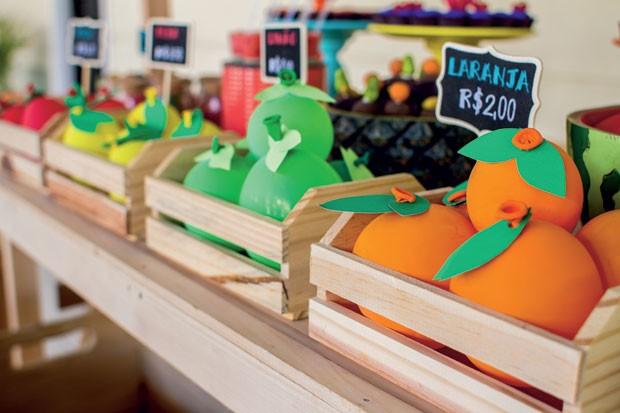Decoração – De longe, parecem frutas, mas, na verdade, são bexigas, com folhas feitas de papel, colocadas em minipallets de madeira. (Foto: Thais Galardi/GNT)