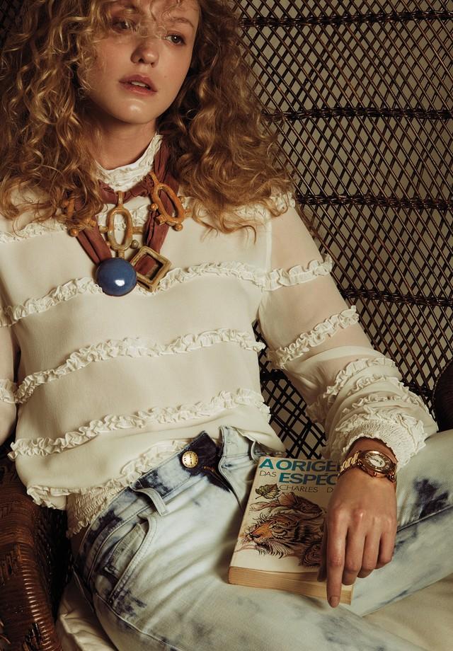 Taila Berwig usa blusa, R$ 1.100, Mixed; calça, R$ 2.300, Current Elliott na NK Store. Colares, a partir de R$ 1.200, Lane Marinho; relógio, R$ 146 mil, Chopard na Frattina (Foto: Cassia Tabatini)