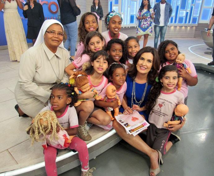 Apresentadora com as crianças convidadas que participaram do programa  (Foto: Viviane Figueiredo Neto/Gshow)