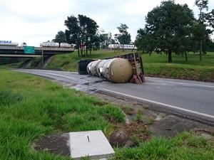 Caminhão tomba na rodovia Fernão Dias (Foto: Lucas Rangel/ TV Vanguarda)