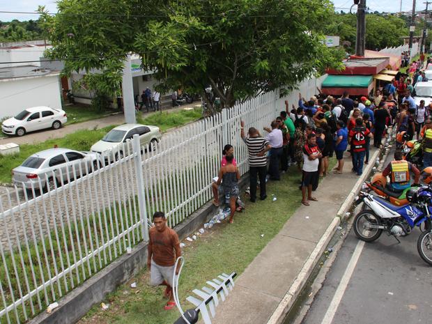 Familiares se apertam em grade para conseguir informações sobre os presos mortos (Foto: Suelen Gonçalves/ G1 AM)