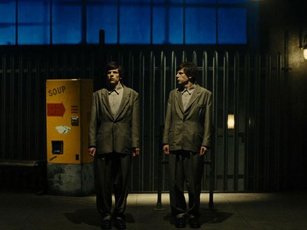 Jesse Eisenberg em cena de 'O duplo' (Foto: Divulgação)