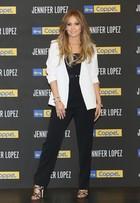 Look do dia: Jennifer Lopez usa modelito preto e branco no México