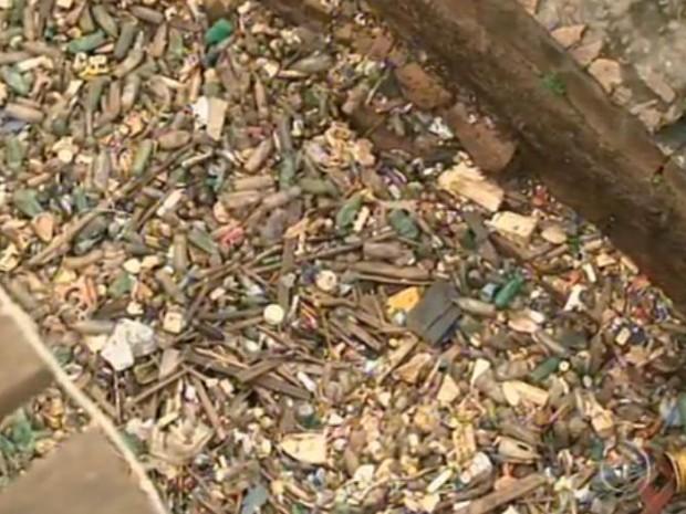 Lixo trazido pelo rio Tietê se acumula em Salto (Foto: Reprodução / TV Tem)