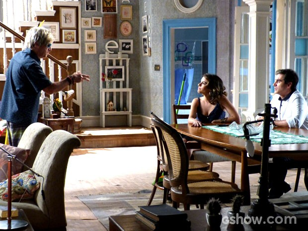 Disfarçado de Veloso, Caetano pede ajuda a Luciana (Foto: Malhação / TV Globo)