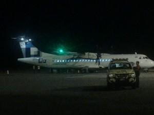 Aeronave estava se preparando para decolar, quando detento se alterou e provocou tumulto (Foto: G1)
