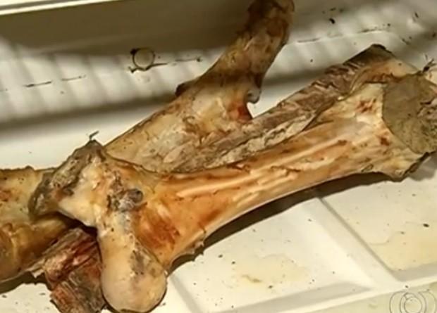 Casal de idosos se alimenta com osso, em Anápolis, Goiás (Foto: Reprodução/ TV Anhanguera)