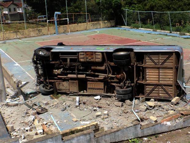 Micro-ônibus invade quadra de esporte e motorista fica ferido em Mogi Mirim (Foto: Alexandre Salzani/Corpo de Bombeiros)