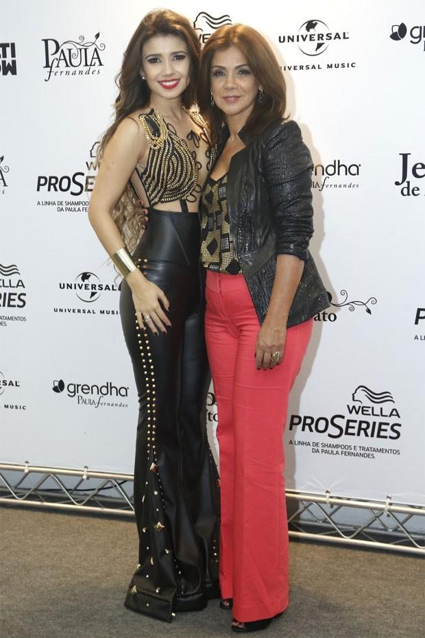 Paula Fernandes posa com a mãe, Dulce, nos bastidores do show (Foto: Roberto Filho/AgNews)