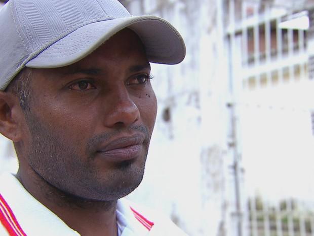Ajudante de pedreiro Sandro Alves da Silva, que socorreu criança, ainda está emocionado (Foto: Reprodução / TV Globo)
