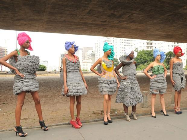 Modelos posam para foto em frente ao Masp (Foto: J. Duran Machfee / Futura Press/ Estadão Conteúdo)