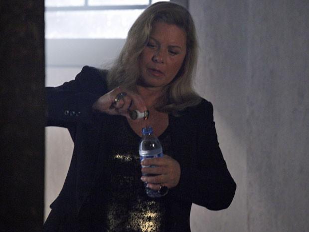 Irina batiza garrafinha de água que será dada a Morena (Foto: Salve Jorge/TV Globo)