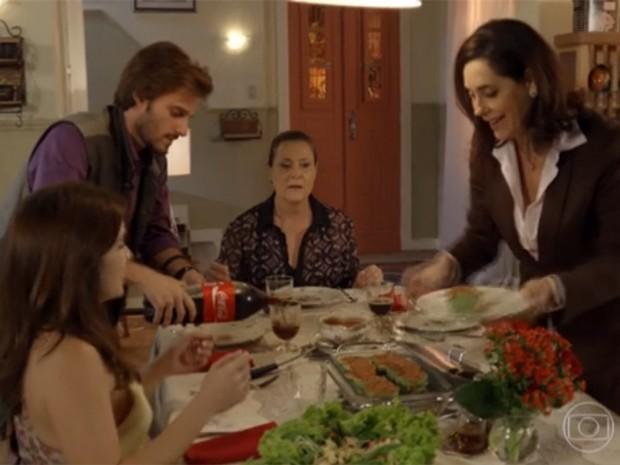 Tina consegue reunir parte da família à mesa (Foto: Divulgação/TV Globo)