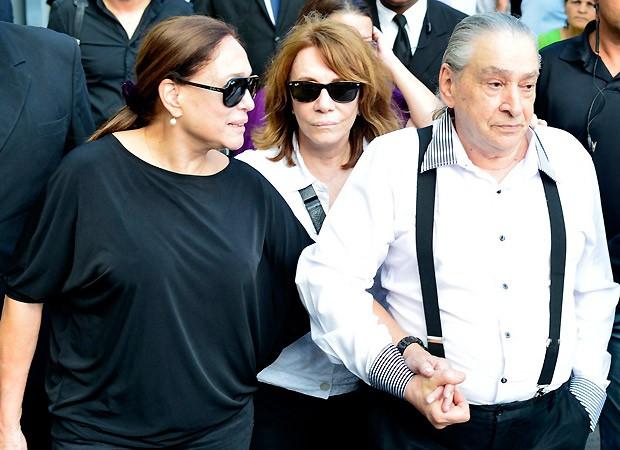 Susana Vieira ao lado de Vicente Sesso, pai de criação de Marcos Paulo, e Renata Sorrah, ex-mulher do ator e diretor (Foto: Andre Muzzel/AgNews)
