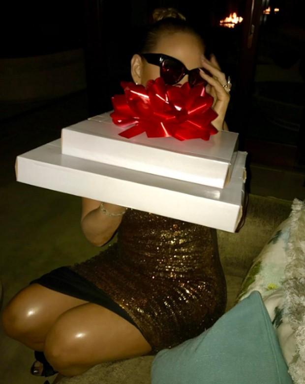 Mariah Carey segurando presente de aniversário (Foto: Reprodução/Instagram)