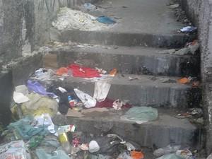 Escadas acumulam lixo em viela de Carapicuíba, em SP (Foto: Aline de Paula Afonso/VC no G1)