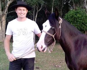Luciano, de 30 anos, tem uma chácara e gosta de acessar a internet no smartphone para ver informações sobre cavalos (Foto: Arquivo Pessoal)