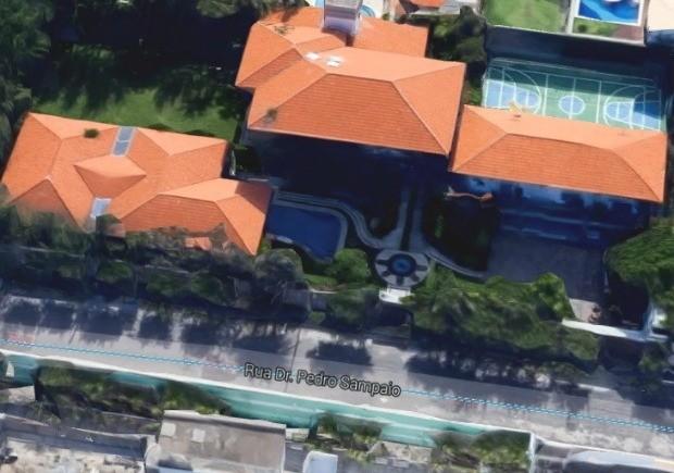 Vista aérea mostra piscina e quadra de tênis na mansão de Sérgio Machado em Fortaleza (Foto: Google/Reprodução)