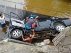 Três ficam feridos após carro perder controle e cair em rio em Caraguá, SP