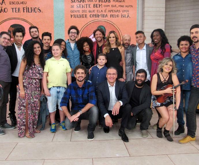 Ana Furtado e Felipe Andreoli posam com todos os convidados desta quarta-feira, 13/7 (Foto: Carolina Morgado/Gshow)
