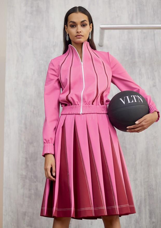 Gizele Oliveira usa jaqueta (R$ 7.500) e saia (R$ 7.500) inspiradas nos conjuntos de jogging.  (Foto: Pedro Arieta)