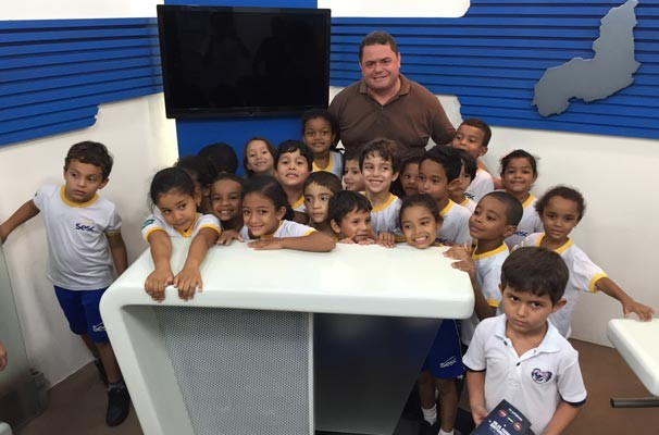 Nilson Ferreira recepciona os estudantes no estúdio do Piauí TV 2ª Edição (Foto: TV Alvorada)