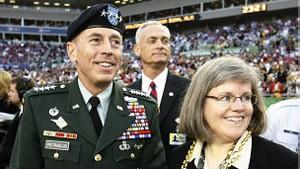 Holly Petraeus ao lado do marido (Foto: BBC)