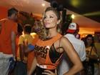 Grazi Massafera usa transparência e sainha no desfile das campeãs no Rio