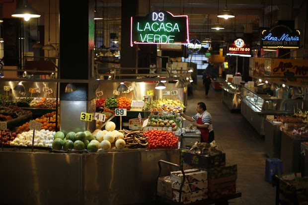 Homem descarrega vegetais em mercado central de Los Angeles: pesquisa concluiu que homens que consomem mais vegetais com pesticidas têm pior qualidade do esperma (Foto: Reuters/Lucy Nicholson)