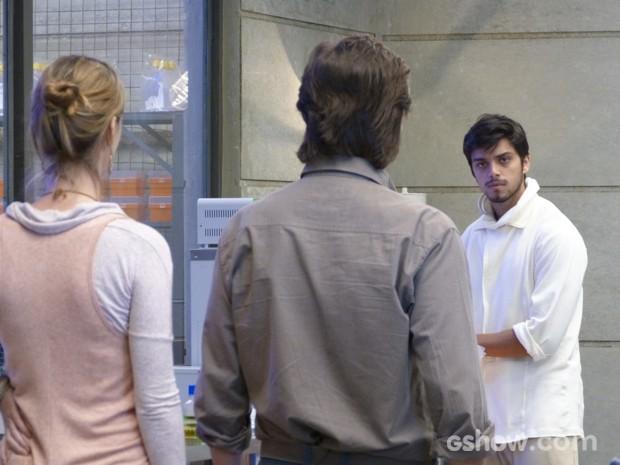 LC e Angelique perguntam da fórmula para Marlon que nega ter encontrado  (Foto: Além do Horizonte/TV Globo)