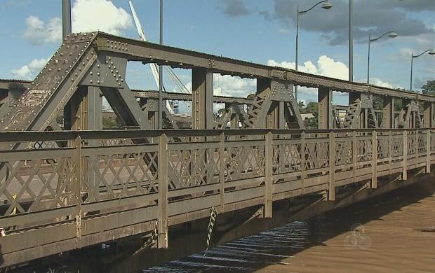 Milhares de acreanos usam a ponte metálica diariamente (Foto: Reprodução TV Acre)