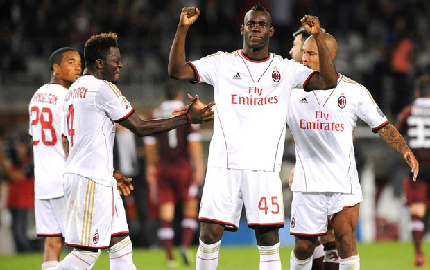 Balotelli comemora gol do milan contra o Torino (Foto: Agência Reuters)
