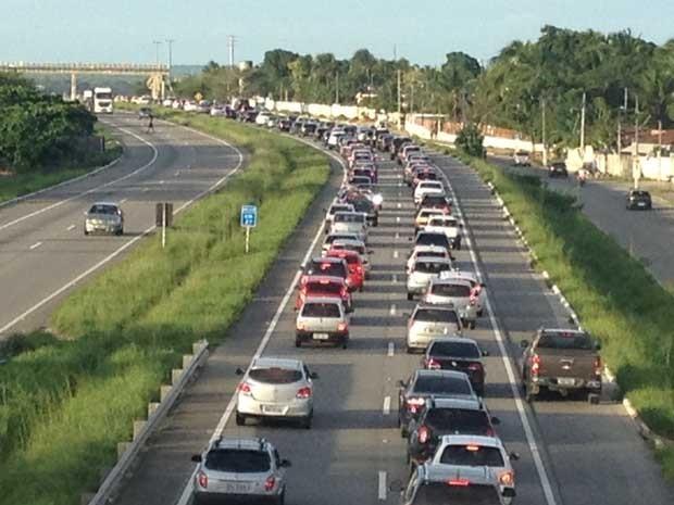 O grande fluxo de carros na BR-230 sentido Campina Grande/João Pessoa provocou um enorme congestionamento na entrada da capital paraibana, no final da tarde desta segunda-feira (24), após o feriado de São João.  (Foto: Walter Paparazzo/G1)